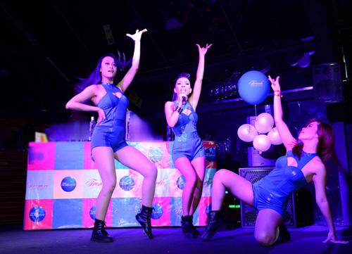 Thảo Trang sexy khoe đường cong trên sân khấu-11