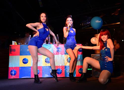 Thảo Trang sexy khoe đường cong trên sân khấu-12