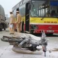 Tin tức - HN: Đấu đầu xe buýt, xe máy bốc cháy dữ dội