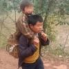 Tin tức - Cha cõng con 30 km đến trường mỗi ngày