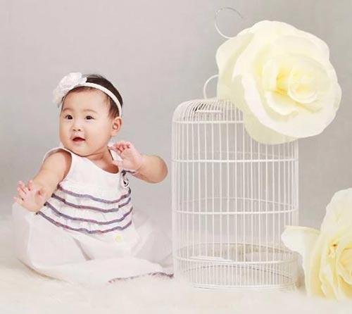 hh huong giang khoe con gai sap tron 1 tuoi - 1