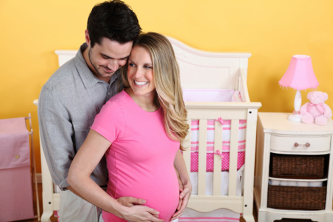 Cho con 'ra ở riêng' ngay khi mới chào đời là cách mà rất nhiều mẹ trẻ áp dụng nhằm rèn cho con tính tự lập. Phương pháp này hiện đang rất phổ biến với những bà mẹ Tây. Nếu bạn cũng muốn áp dụng thì trước tiên cần chuẩn bị phòng, giường cũi cho bé ngay từ khi bé chưa chào đời.