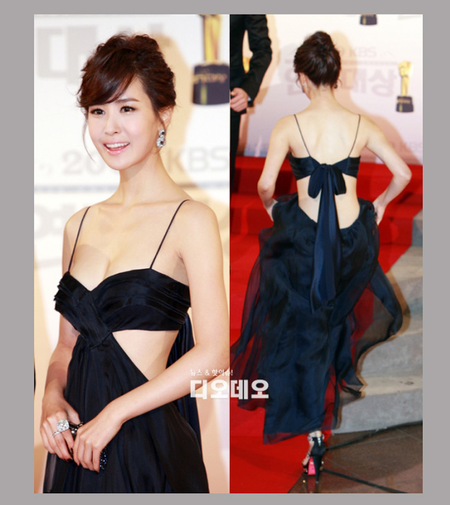 Lee Da Hae diện váy cut-out táo báo hở trước, lộ sau tham dự sự kiện của làng giải trí Hàn.