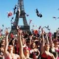 Thời trang - Pháp: Chị em tung áo lót, giải phóng ngực