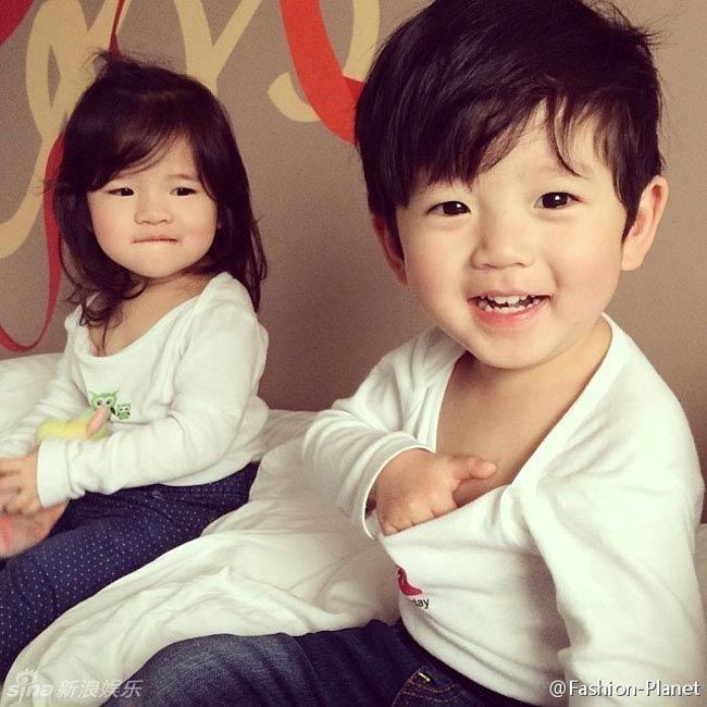 Trung Quốc nói riêng và Đài Loan nói chung rất được hâm mộ vì sở hữu hàng loạt những cặp sinh đôi đẹp như thiên thần. Trước đây, người dân xứ Đài đã từng rất tự hào vì có những cặp nhóc tì như Apple và West thu hút hơn 200.000 lượt like trên facebook hay cặp đôi Sandy và Mandy nổi tiếng toàn châu Á thì bây giờ một cặp song sinh 'mới nổi' khác cũng đang làm dậy sóng các diễn đàn mạng.
