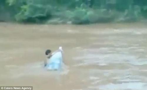 hoc sinh vuot suoi bang tui nilon len bao tay - 4