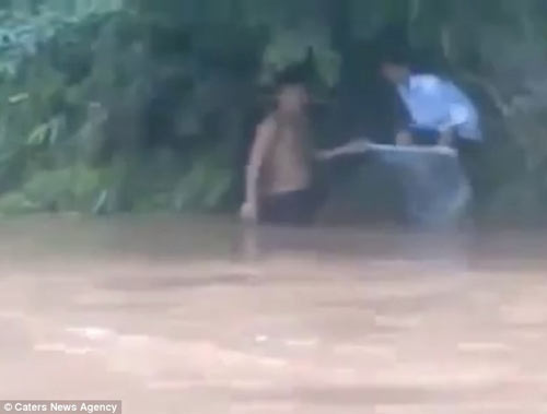 hoc sinh vuot suoi bang tui nilon len bao tay - 5