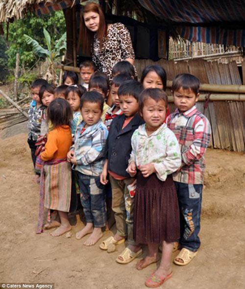 hoc sinh vuot suoi bang tui nilon len bao tay - 2