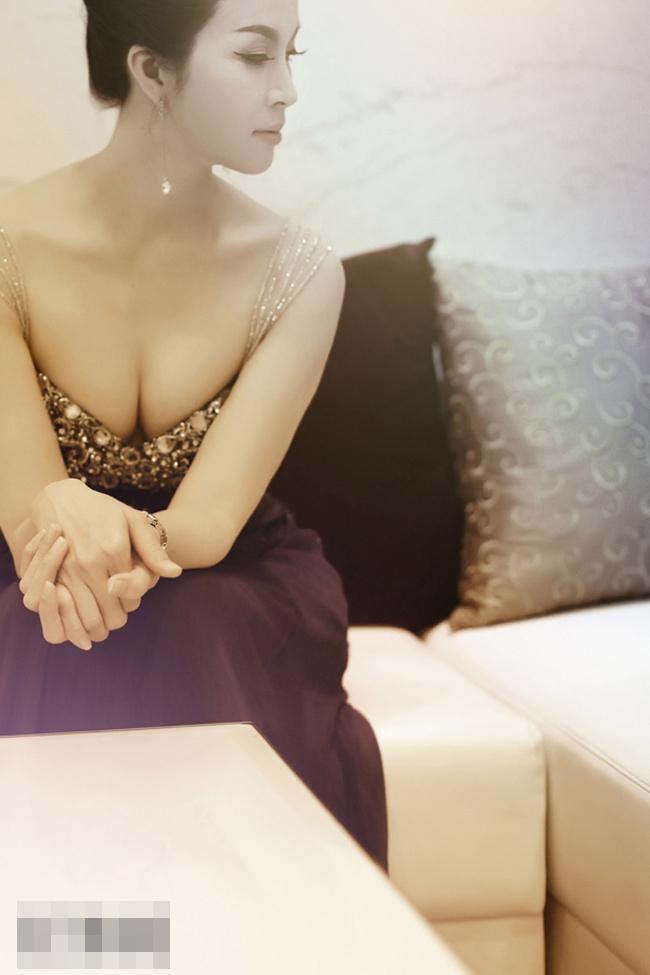 Nữ diễn viên kiêm MC Thanh Mai năm nay đã ngoài 40 tuổi nhưng vẫn giữ được nét quyến rũ, đầy đặn khó cưỡng.