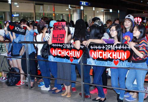 nichkhun tron fan qua cong vip o san bay - 5