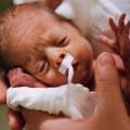 Làm mẹ - Bé được nuôi trong HỘP ĐÁ sống sót diệu kỳ