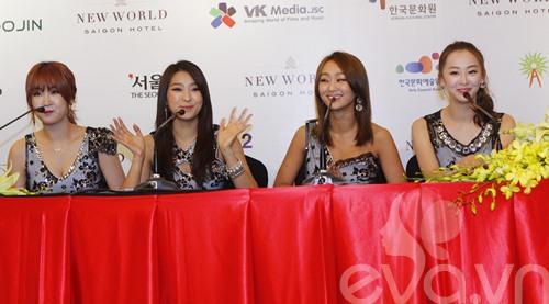 """snsd """"lam mua lam gio"""" san khau hec korea festival - 45"""