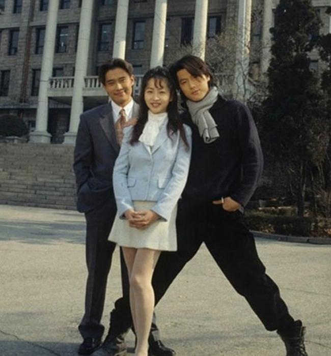 Nhiều người nghi ngờ về con số 1m78 mà tài tử xứ Hàn Lee Byung Hun khai khi thấy anh ngoài đời không được cao ráo thực sự. Bằng chứng làkhiJung Woo Sung cao 1m86 'xoạc' chân rất rộng vẫn nhỉnh hơnLee Byung Hun.