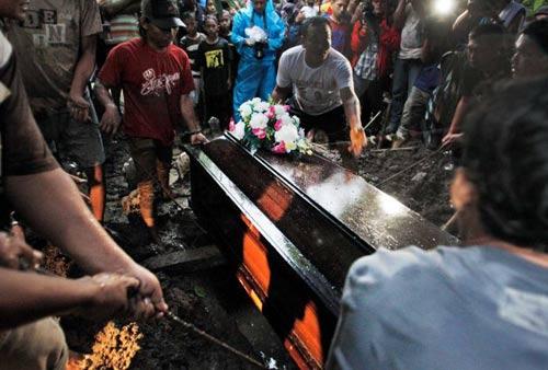 nghen ngao tang le nan nhan dau tien vu qz8501 - 5