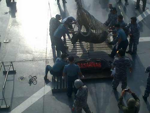 qz8501: no luc cuu may bay bat thanh cua phi cong - 2