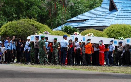 gia dinh hanh khach qz8501 tan nat coi long cho nhan dang nguoi than - 1