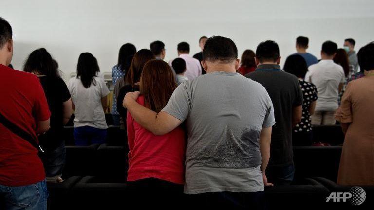 gia dinh hanh khach qz8501 tan nat coi long cho nhan dang nguoi than - 2