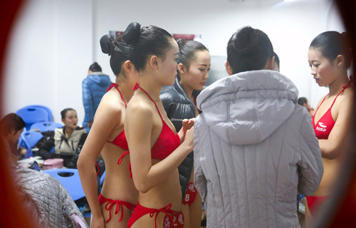 tq: tranh cai vi nu sinh mac bikini, co ro trong gia ret - 9
