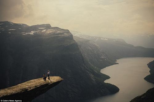 Cầu hôn trên mỏm đá gần 700m vì bạn gái thách thức - 1