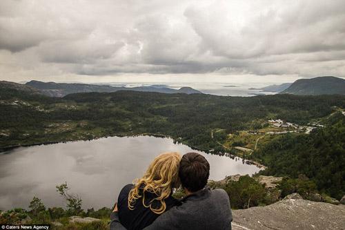 Cầu hôn trên mỏm đá gần 700m vì bạn gái thách thức - 4
