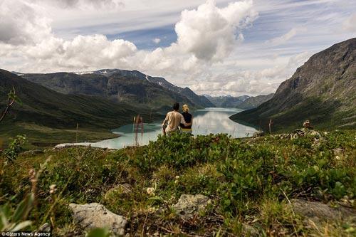 Cầu hôn trên mỏm đá gần 700m vì bạn gái thách thức - 6