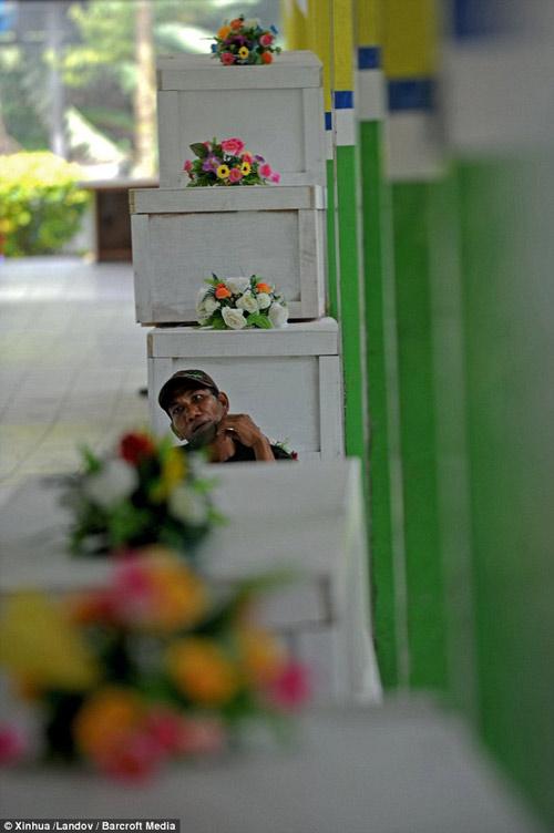 bat khoc nhung hinh anh dau thuong vu qz8501 - 13