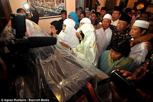 bat khoc nhung hinh anh dau thuong vu qz8501 - 11