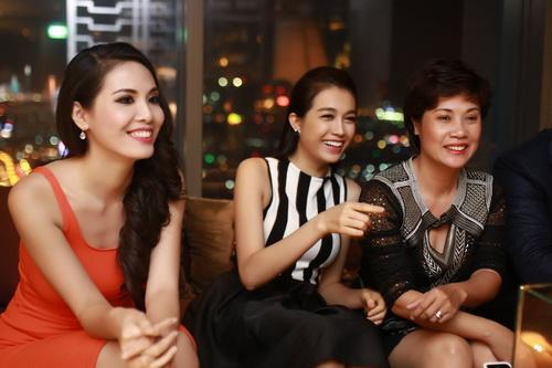 """lan khue khong """"lep ve"""" ben hoa hau the gioi 2011 - 18"""