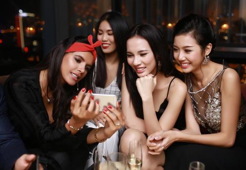 """lan khue khong """"lep ve"""" ben hoa hau the gioi 2011 - 10"""
