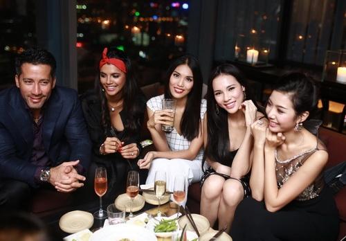 """lan khue khong """"lep ve"""" ben hoa hau the gioi 2011 - 11"""