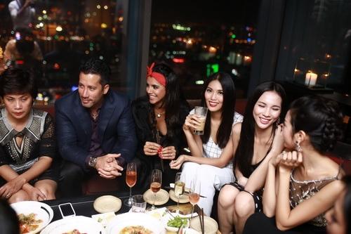 """lan khue khong """"lep ve"""" ben hoa hau the gioi 2011 - 12"""