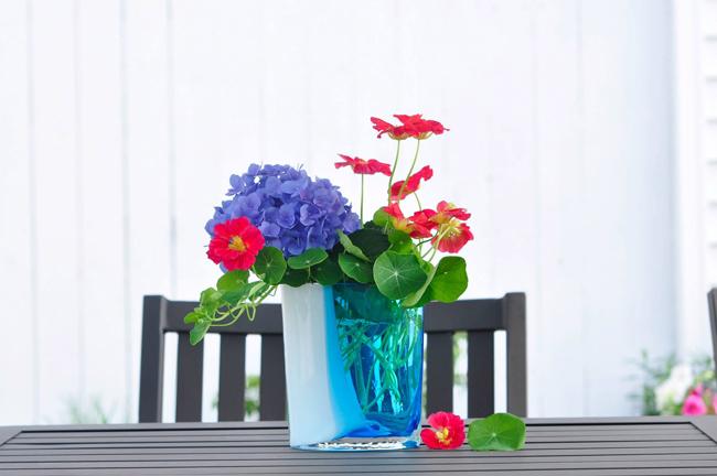 Vườn hoa của chị Hoài ở Ohio, Mỹ ngập tràn chục loại hoa khoe sắc thắm quanh năm. Tận dụng ngay những bông hoa trong vườn nhà, chị đã khéo tay tạo nên những tác phẩm nghệ thuật tự nhiên, đơn giản và dễ cắm. Chị em hãy cùng tham khảo để cắm cho mình một bình hoa nhẹ nhàng xua tan cái giá lạnh của mùa đông.