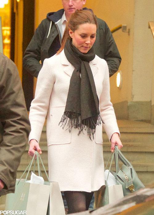 Bầu 33 tuần, Công nương Kate vẫn khệ nệ xách đồ-2