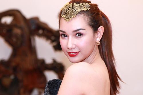 "mc quynh chi goi cam ""hut hon"" ben a hau pham huong - 1"