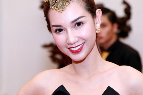 "mc quynh chi goi cam ""hut hon"" ben a hau pham huong - 3"