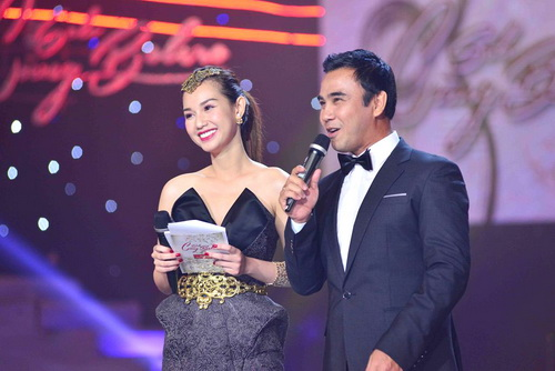 "mc quynh chi goi cam ""hut hon"" ben a hau pham huong - 13"