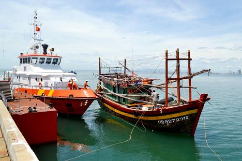 Cứu nạn thành công 12 thuyền viên bị trôi dạt trên biển-1