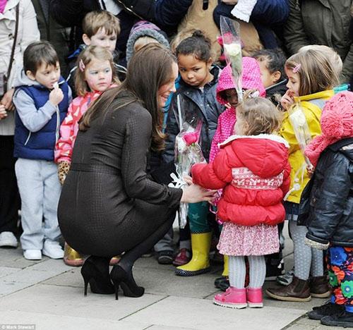 Bụng bầu khá lớn, Công nương Kate vẫn đi giày cao gót-6