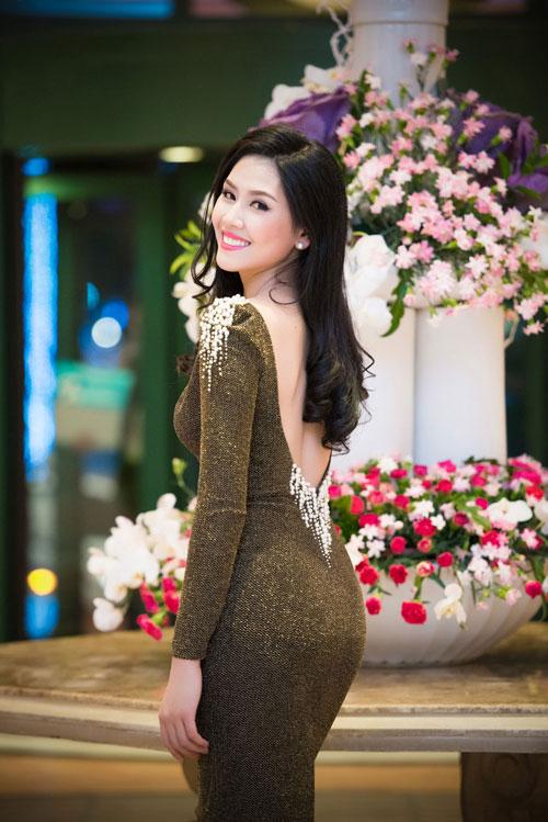 Nguyễn Thị Loan khoe lưng trần trắng mịn trong gió lạnh-1