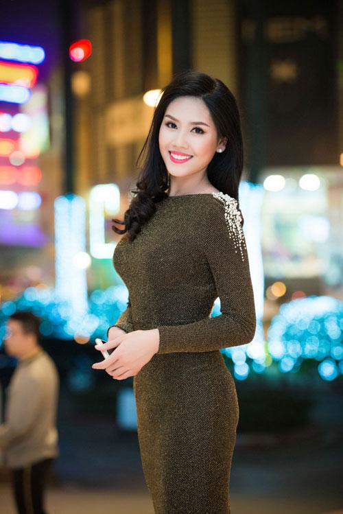 Nguyễn Thị Loan khoe lưng trần trắng mịn trong gió lạnh-4