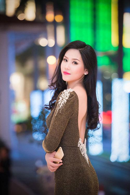 Nguyễn Thị Loan khoe lưng trần trắng mịn trong gió lạnh-2