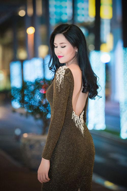 Nguyễn Thị Loan khoe lưng trần trắng mịn trong gió lạnh-3