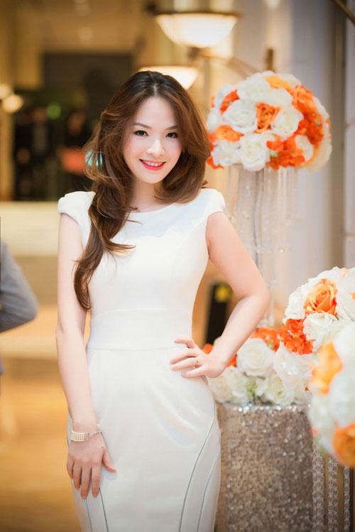 Nguyễn Thị Loan khoe lưng trần trắng mịn trong gió lạnh-12