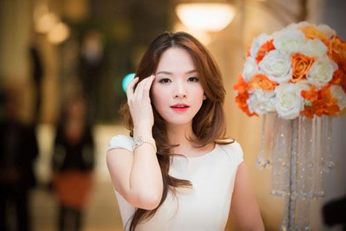Nguyễn Thị Loan khoe lưng trần trắng mịn trong gió lạnh-14