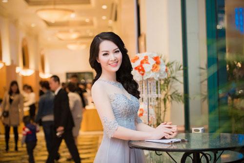 Nguyễn Thị Loan khoe lưng trần trắng mịn trong gió lạnh-9