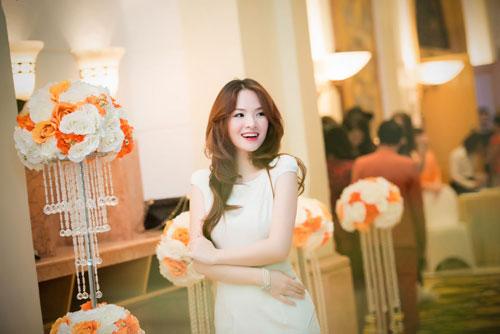 Nguyễn Thị Loan khoe lưng trần trắng mịn trong gió lạnh-13