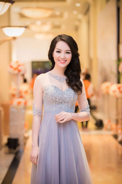 Nguyễn Thị Loan khoe lưng trần trắng mịn trong gió lạnh-6