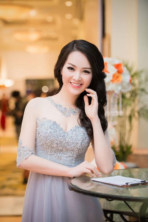 Nguyễn Thị Loan khoe lưng trần trắng mịn trong gió lạnh-8