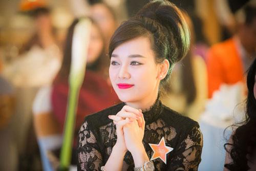 Nguyễn Thị Loan khoe lưng trần trắng mịn trong gió lạnh-15