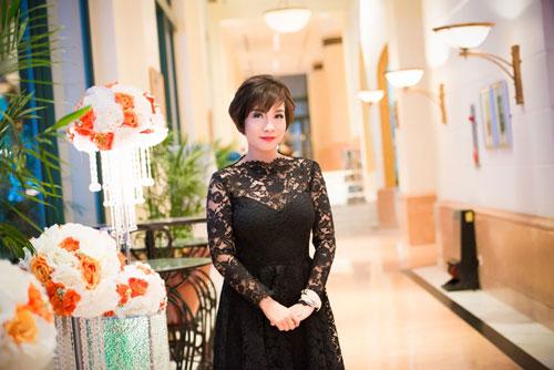 Nguyễn Thị Loan khoe lưng trần trắng mịn trong gió lạnh-11